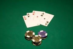 Kaarten en spaanders in casino Stock Foto's