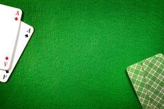 Kaarten op de groene gevoelde achtergrond van de casinolijst Royalty-vrije Stock Fotografie