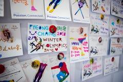 Kaarten op de muur door toeristen met achting aan tot de gasten en de organisatoren van de Olympische de Winterspelen wordt gemaa stock foto