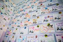 Kaarten op de muur door toeristen met achting aan tot de gasten en de organisatoren van de Olympische de Winterspelen wordt gemaa stock afbeelding