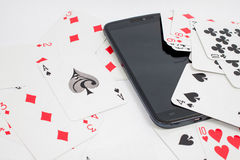Kaarten over computertoetsenbord en smartphone Concept online c Stock Afbeeldingen