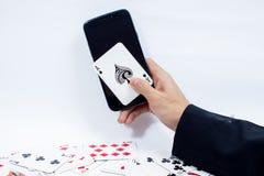 Kaarten over computertoetsenbord en smartphone Concept online c Stock Afbeelding