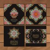 Kaarten of uitnodigingen met mandalapatroon Vector uitstekende hand-drawn hoogst gedetailleerd om mandalaelementen Feestelijk lux Stock Fotografie