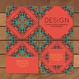 Kaarten of uitnodigingen met mandalapatroon Vector uitstekende hand-drawn hoogst gedetailleerd om mandalaelementen Feestelijk lux Stock Afbeelding