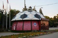 Kaartjesbureau in de vorm van een voetbalbal Stock Fotografie