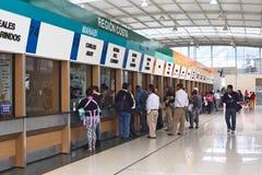 Kaartjesbureaus in Quitumbe-Busterminal in Quito, Ecuador Stock Afbeelding