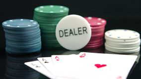 Kaartspel en winnende spaanders op de zwarte achtergrond stock footage