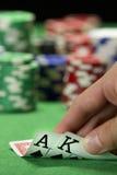 Kaartspeler die zijn kaarten controleren stock foto's