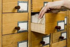 Kaartsysteem van de bibliothecaris het open bibliotheek stock afbeelding