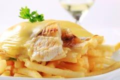 Kaas bedekte vissenfilets met Frieten Stock Foto's