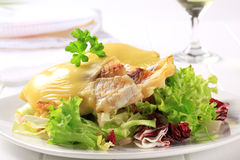 Kaas bedekte vissenfilets met salade Stock Afbeeldingen