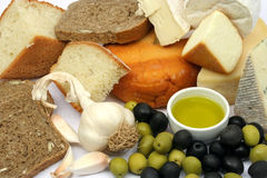 Kaas, brood en olijven Royalty-vrije Stock Foto's