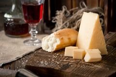Kaas, brood en rode wijn Royalty-vrije Stock Fotografie