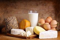 Kaas, brood, melk en eieren stock afbeeldingen