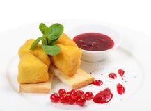 Kaas in broodkruimels met besjam Stock Afbeeldingen