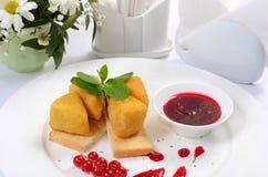 Kaas in broodkruimels met besjam Royalty-vrije Stock Afbeelding