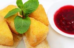 Kaas in broodkruimels met besjam Stock Afbeelding