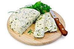 Kaas eigengemaakt met kruiden op een ronde raad Royalty-vrije Stock Afbeeldingen