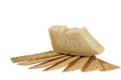 Kaas en crackers over wit. Stock Foto's