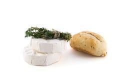 Kaas en een bundel van kruiden royalty-vrije stock foto's