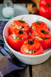 Kaas en Groene Olive Stuffed Tomatoes Stock Afbeelding