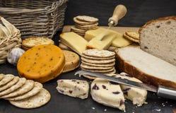 Kaas en koekjes en vers brood Royalty-vrije Stock Foto