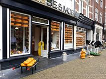 Kaas en Meer Winkel, Edammer kaaswinkel in Delft, Nederland stock foto's