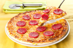 Kaas en pepperonispizza royalty-vrije stock foto's