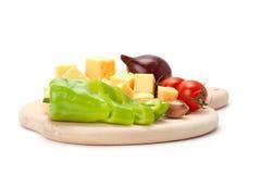 Kaas en reeks groenten op witte achtergrond wordt geïsoleerd die Royalty-vrije Stock Foto's