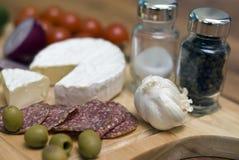 Kaas en salami stock afbeeldingen