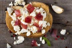 Kaas en vleesbruschetta Stock Foto
