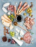 Kaas en vleesvoorgerechtselectie of de reeks van de wijnsnack Verscheidenheid van kaas, salami, prosciutto, broodstokken, baguett stock foto's