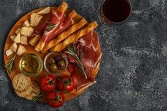 Kaas en vleesvoorgerechtselectie Prosciutto, parmezaanse kaas, brood Royalty-vrije Stock Afbeelding