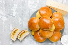 Kaas gevulde dinerbroodjes Ham en kaas eigengemaakte broodbroodjes stock foto