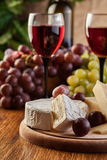 Kaas met een fles en glazen rode wijn Royalty-vrije Stock Afbeeldingen
