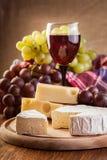 Kaas met een fles en glazen rode wijn Stock Fotografie