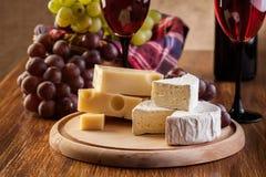 Kaas met een fles en glazen rode wijn Royalty-vrije Stock Afbeelding