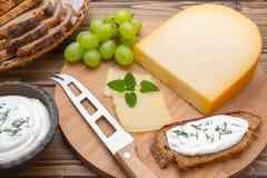 Kaas met mes aan boord Royalty-vrije Stock Fotografie