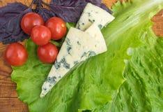 Kaas met Vorm met Tomaten Royalty-vrije Stock Afbeeldingen