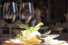 Kaas met wijnonduidelijk beeld Royalty-vrije Stock Foto