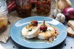 Kaas met witte vorm Hermelin met ui en hete peper Heerlijke Snack royalty-vrije stock fotografie