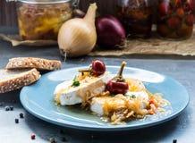 Kaas met witte vorm Hermelin met ui en hete peper Heerlijke Snack stock foto