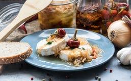 Kaas met witte vormcamembert met ui en hete peper Heerlijke Snack stock afbeeldingen