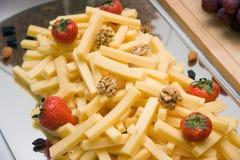 Kaas, noten, aardbeien Royalty-vrije Stock Afbeelding