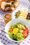 Kaas, olijven en bier royalty-vrije stock fotografie