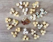 Kaas op een houten bureau stock afbeeldingen