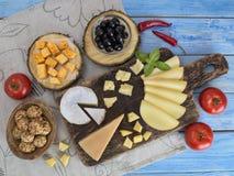 Kaas op een houten lijst Stock Afbeeldingen