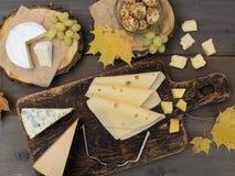 Kaas op een houten lijst Stock Foto's