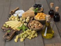 Kaas op een houten lijst Stock Fotografie