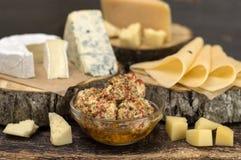 Kaas op een houten lijst Royalty-vrije Stock Foto's